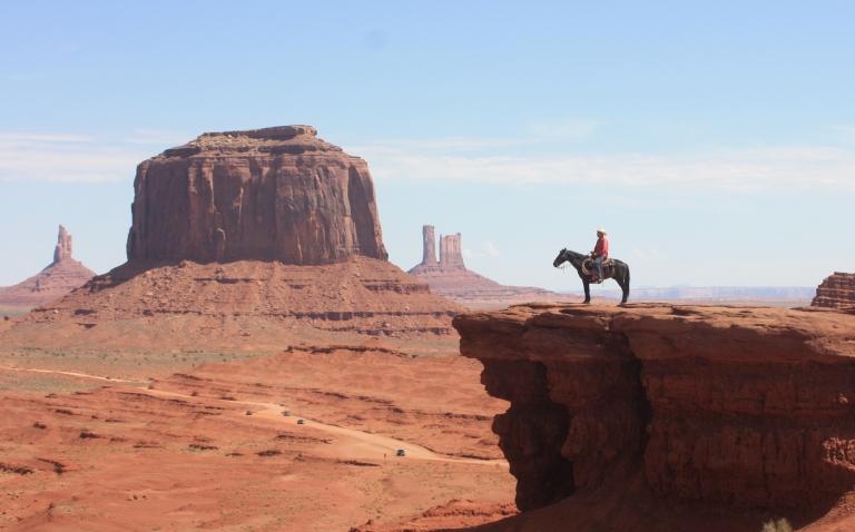 een navajo cowboy kijkt uit op monument valley in utah, door mark gunn onder licentie cc by 2.0
