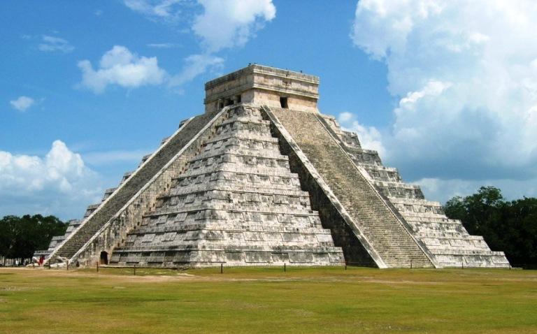 foto van de beroemde trappenpiramide van kukulcan, in mexico, gebouwd in de 9e eeuw door de maya's, door kyle simourd onder licentie cc by 2.0