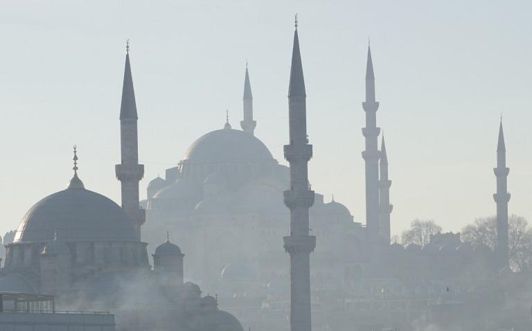 foto van oud istanbul met de süleyman moskee op de achtergrond en de nieuwe moskee op de voorgrond, door david bourchier onder licentie cc by 2.0