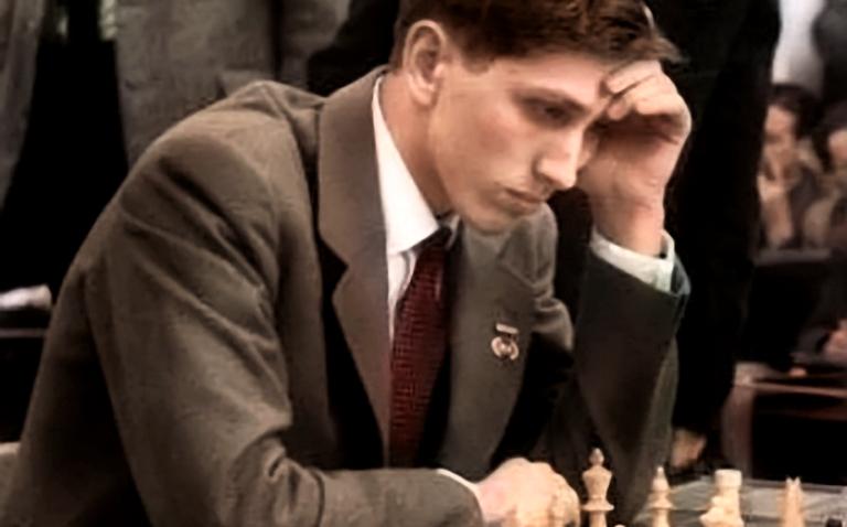 foto van de 17-jarige bobby fischer tegen de tovenaar van riga, mikhail tal, in 1960: twee van de weinige schakers die offers spelen die niemand zou durven